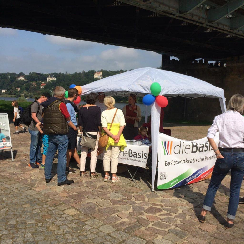 dieBasis Wahlstand am Schillerplatz in Dresden